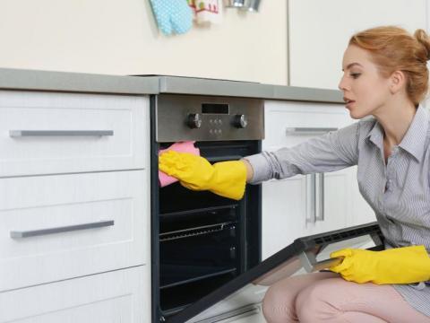 Zo maak je je oven makkelijk én goedkoop schoon