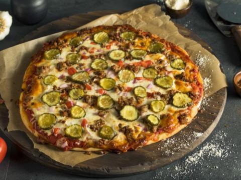 Une pizza maison au barbecue ou au four à bois