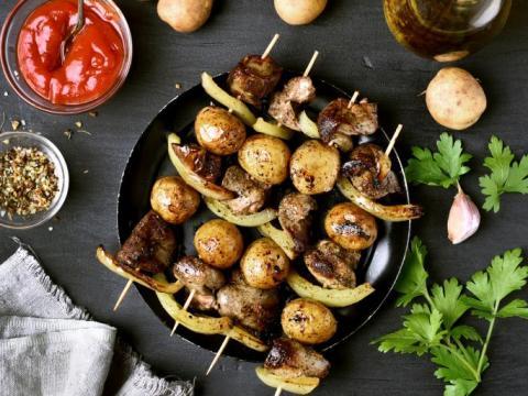 BBQ? Leg ook de aardappelen op de rooster!