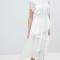Witte midi-jurk met opstaande kraag en asymmetrische boord
