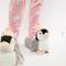 Grijze pantoffels in de vorm van een pinguïn