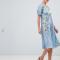 Babyblauwe jurk met geborduurde bloemen