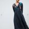 Zwarte jurk met lange mouwen en geborduurde bloemen