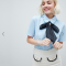 Lichtblauw hemd met korte mouwen en marineblauwe strik