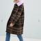 Bruine mantel met ruitjesmotief en lila kraag