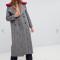 Grijze mantel in tweed met rode kraag