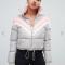 Grijze puffer jacket met roze en witte details