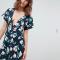 Marineblauwe mini-jurk met diepe V-hals en korte mouwen
