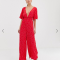 Rode jumpsuit met bloemetjesmotief en diepe V-hals