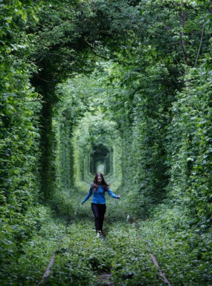 Faire un voeu dans le tunnel de l'amour (Ukraine)