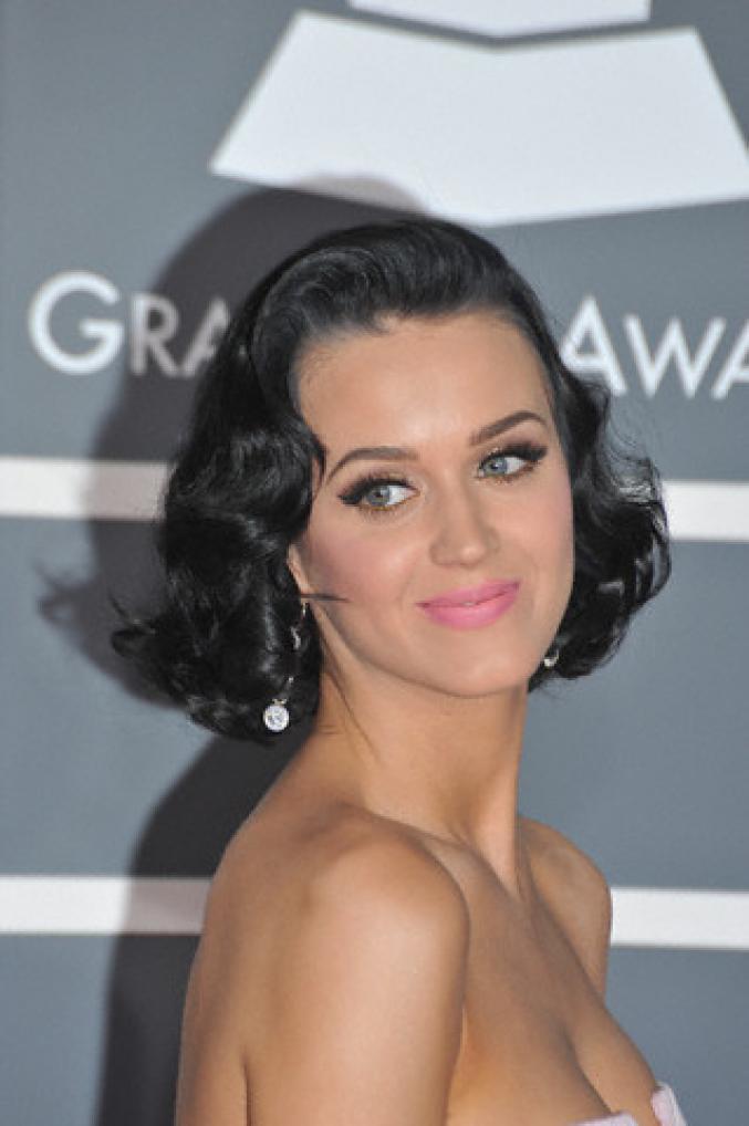 Katy Perry avec des boucles classiques