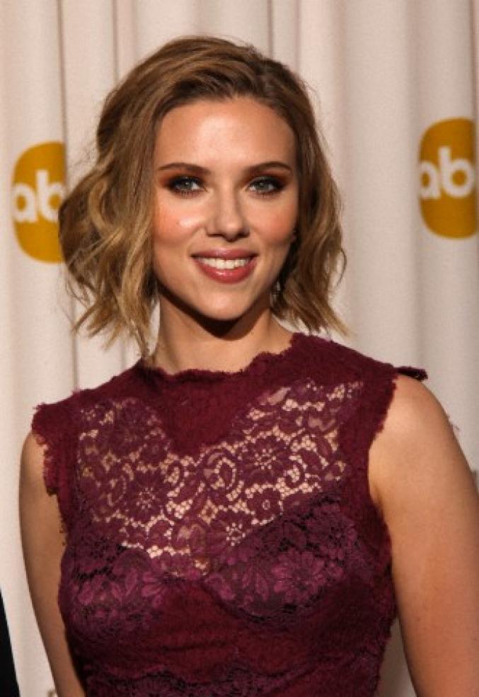 Scarlett Johansson avec des boucles