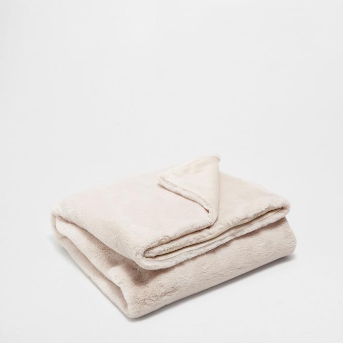 Couverture en fausse fourrure (130 x 170 cm). 99.99 €, Zara home
