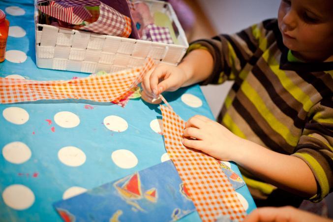 Laissez votre enfant prendre le papier décopatch qu'il préfère et laissez-le déchirer des petits bouts.