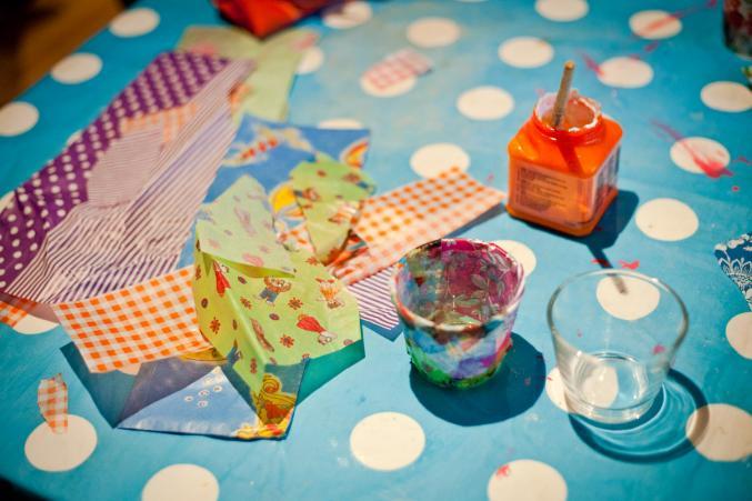 Vous avez besoin de: 1 petit verre, du papier décopatch avec plein de motifs, de la colle et un pinceau.