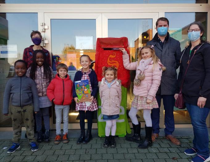 Aan de brievenbus voor de post naar Sinterklaas verzamelden bibliothecaris Tine Wastijn, schepen Yannick Ducatteeuw (Inzet), Sofie Demurie (Inzet) en een aantal stralende kinderen. V.l.n.r. Kenneth Maza (6), Reina Muco (9), Mauro Holvoet (6), Sterre Van Geertruyen (9), Noémie Bytebier (5) en Amber Bytebier (10).© GV