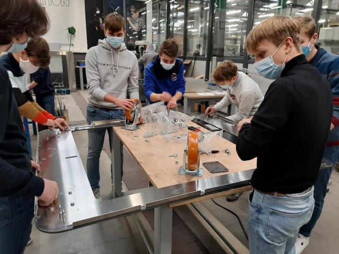 Leerlingen van het VTI maken het geraamte van de reus.© GF