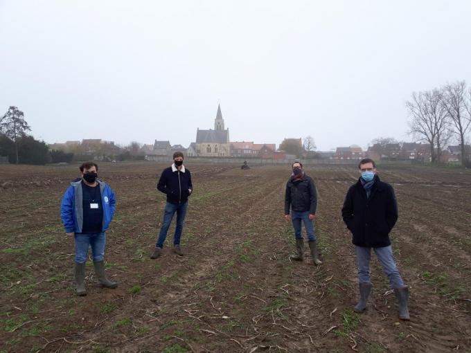 We zien v.l.n.r. Valentijn Despeghel, archeoloog Jan Decorte (CO7), Hans Vermeersch en Philip Bolle. (Foto TOGH)