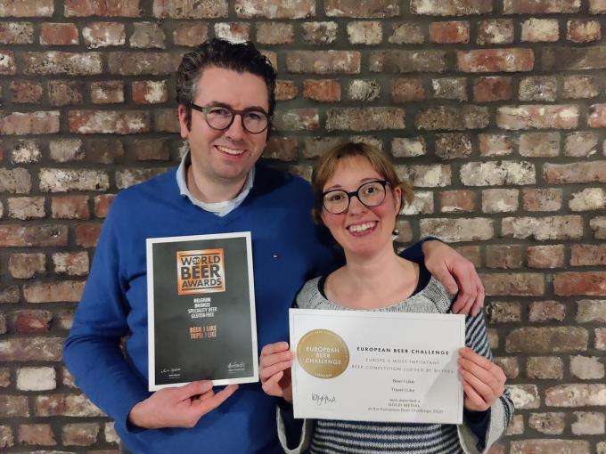 Pieter Van den Weghe en Lies Bouvry zijn trots met hun twee internationale prijzen.© GF