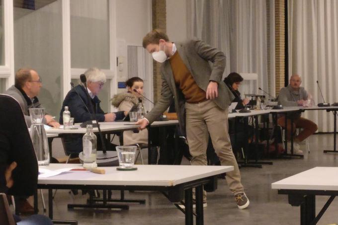 Aangezien de geluidsinstallatie defect was, moest secretaris de zitting opnemen met een gsm.©Eric Flamand EF