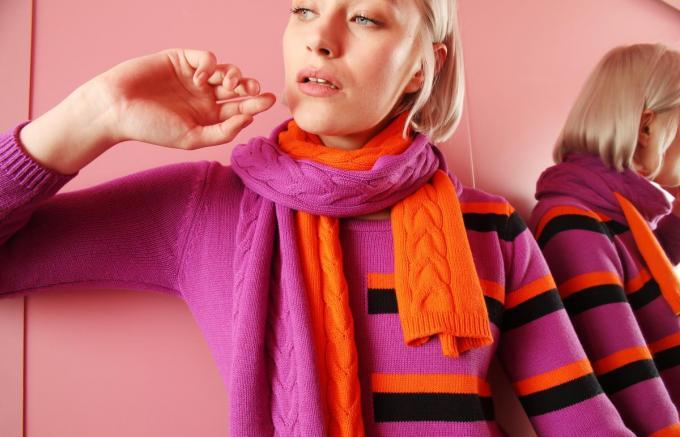 Trui en sjaal in een krachtig contrast van lichtpaars en oranje, van Hampton Bays.© Hampton Bays