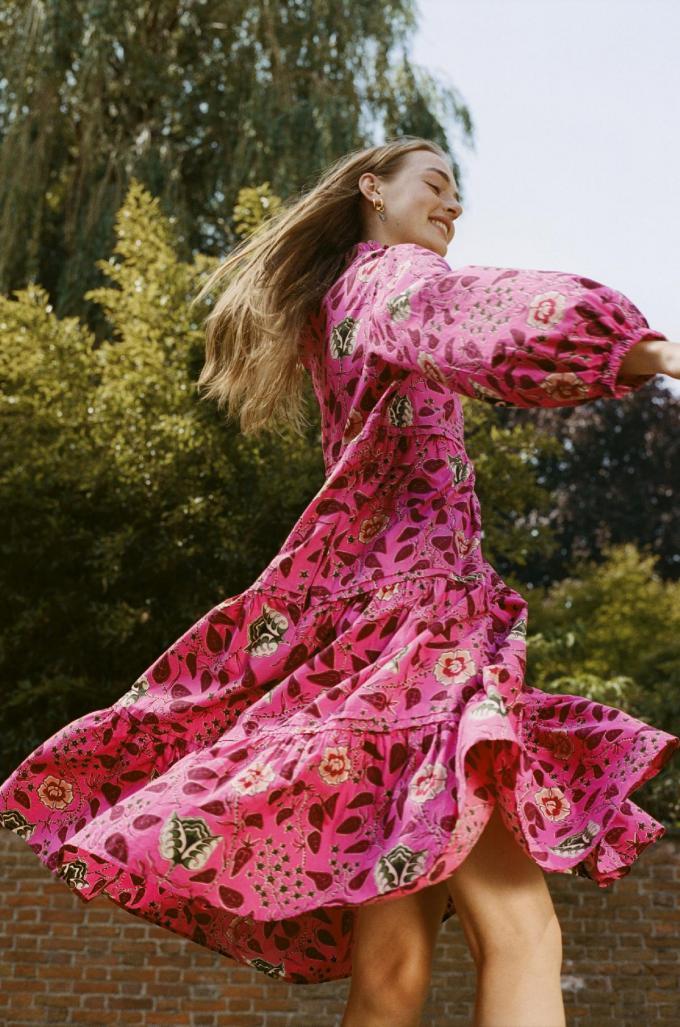 Dansfeestje in de tuin? Deze zwierige jurk van Scotch &Soda lijkt hiervoor geknipt.© Scotch &Soda