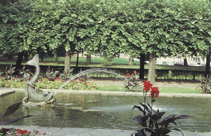 Foto uit 1968. Dit beeldje stond in de vijver aan de hoofdingang van het Astridpark. De vijver is intussen verdwenen.© Beeldbank Kortrijk