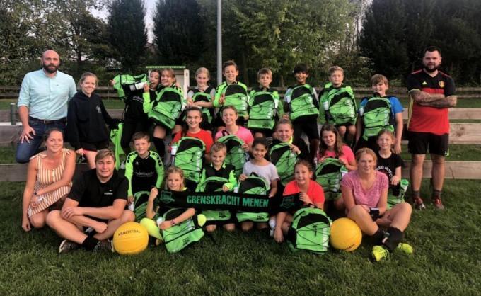 De jeugdspelertjes van Grenskracht Menen kregen bij het begin van het seizoen nog een drinkbus en een sporttas in het bijzijn van voorzitter Olivier Trizzula (links).© Jan Vanhecke