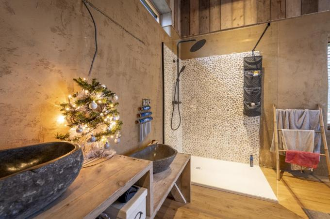De ruime badkamer wordt efficiënt verwarmd dankzij infrarood. (Foto Pieter Clicteur)©Pieter Clicteur;Pieter Clicteur