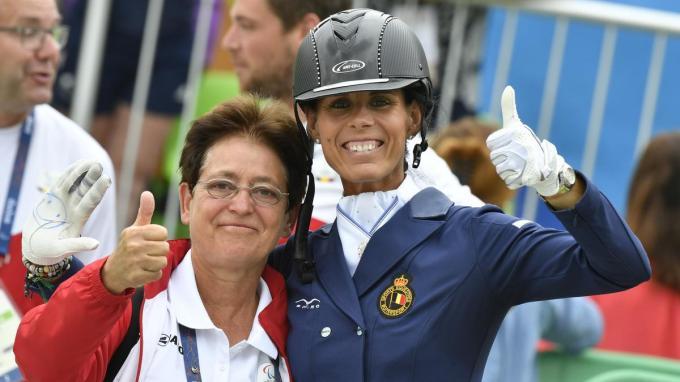 Anne d'Ieteren speelde als coach en trainer een cruciale rol in de ontwikkeling van de paradressuur in ons land. Hier viert ze de gouden medaille van Michele George op de Paralympische Spelen van Rio in 2016.©BENOIT DOPPAGNE BELGA