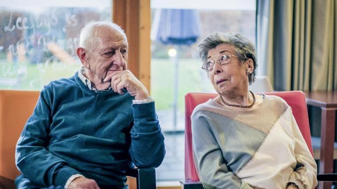 Ray Verhaeghe met Annie Geeraerts, beter bekend als 'Albert en Anna' in Familie. (foto VTM)© Familie