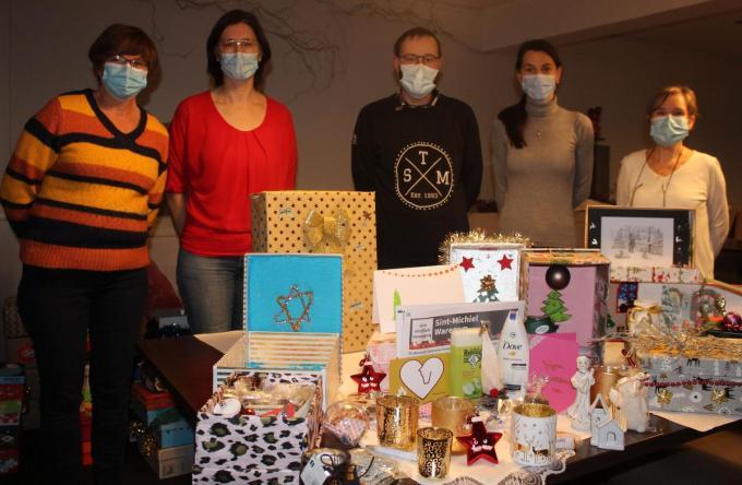 Nadine Deloof, Charlotte Vanrobaeys, Björn Bekaert, Isabel Vanrobaeys en Mieke Vanden Berghe van de Waregemse Sint-Michielsbeweging bij de verpakte geschenkdozen.© DJW