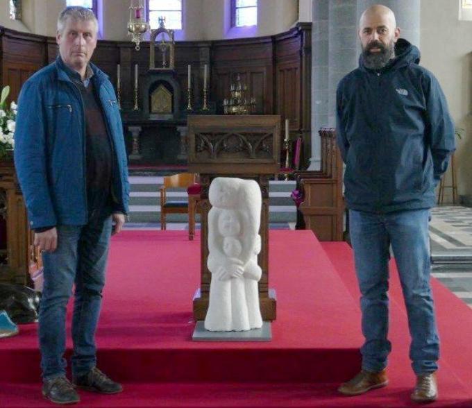 Directeur Kris Devloo en leerkracht Karel Deweerdt bij het beeld in de kerk.© EG