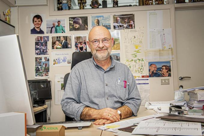 """Huisarts Ivan Ghillebert (65): """"Dit virus speelt misschien wel een rol in het feit dat ik nu nog zo hard werk.""""©JOKE COUVREUR"""
