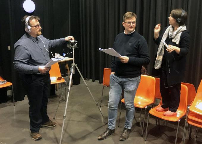 Johan Depaepe (l.) tijdens de opnames van de hoorspelen met Vincent Vanhoutteghem en Bieke Vanlaeken.©geert vanhessche GJZ
