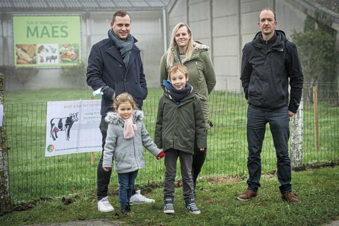 Thijs Cauwelier, Daphné Vanderhaeghe, Tom Nuyttens. Kindjes Nolan en Lily bij de weide van Koe Rona.©JOKE COUVREUR foto JCR
