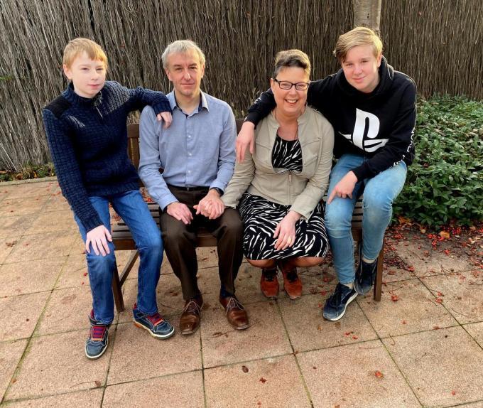 Wegens corona namen we de foto buiten. Sylvia nam, samen met haar man en de twee kinderen, plaats op de bank voor de woning.©FODI foto FODI
