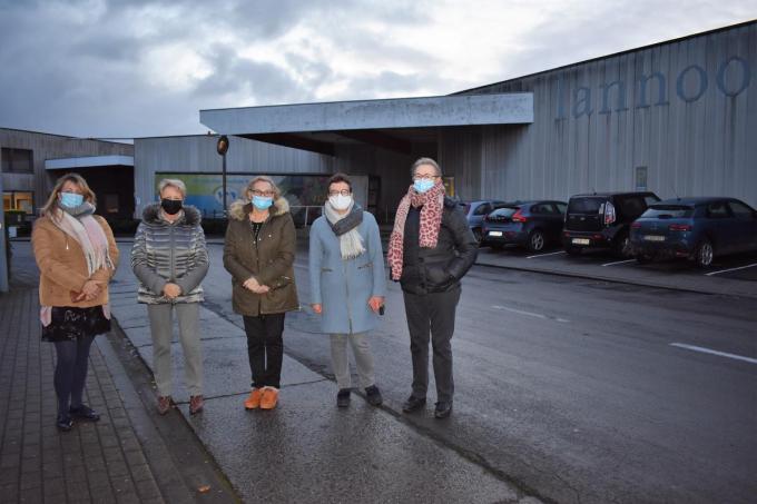 De ongeruste inwoners bij het bedrijfsgebouw.©TOM VAN HOUTTE