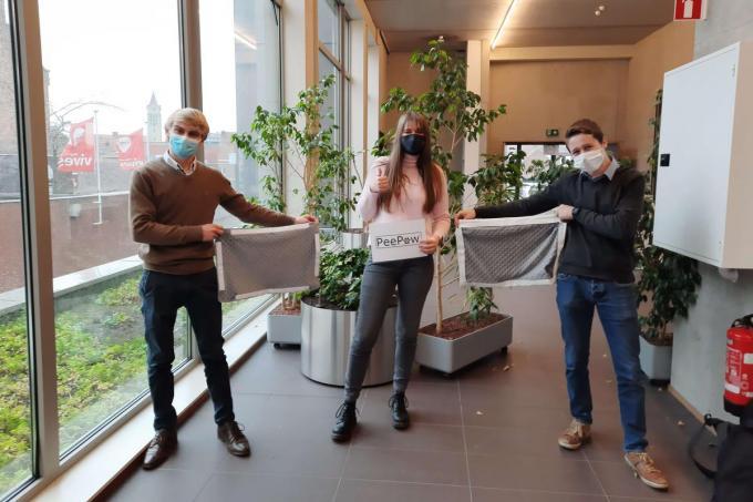 Anthony Gijselinck, Jana Vanhoutte en Lukas Vanthuyne tonen met trots de PeePaw.© GF