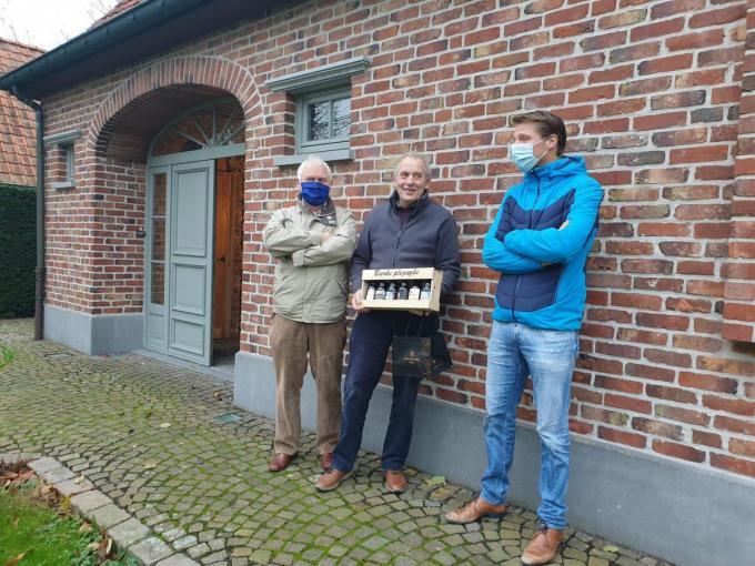 Axel Ronse ging op bezoek bij Roger uit Kuurne. Hij is op pensioen en helpt ondernemers in moeilijkheden.© gf