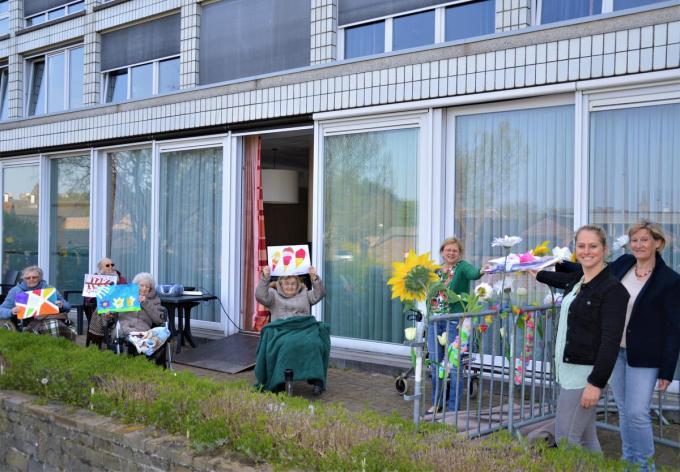 Blankenbergse kinderen maakten tijdens de lockdown 140 tekeningen voor de bewoners van De Strandjutter.©WK
