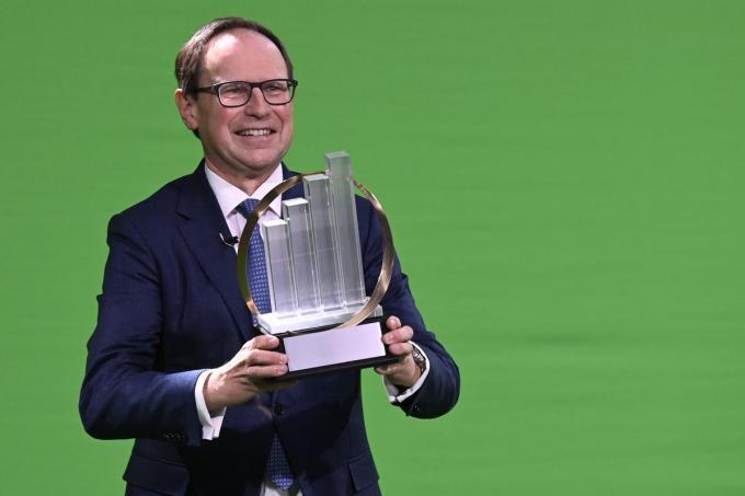 Jos de Vuyst, CEO van Stow neemt trots de award van 'Ondernemer van het Jaar' in ontvangst.©DIRK WAEM BELGA