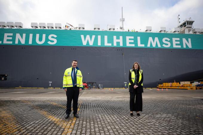 General manager terminal Emmanuel Van Damme en financieel directeur Hannelore Hardy mochten in naam van 8.000 collega's de nieuwe MV Tannhauser dopen.© GF