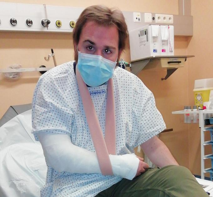 De elleboog van Wannes raakte door het ongeval helemaal verbrijzeld.© JH