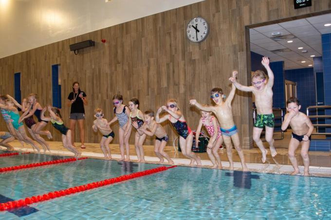 De leerlingen testten maar wat graag het nieuwe zwembad uit.© SLW