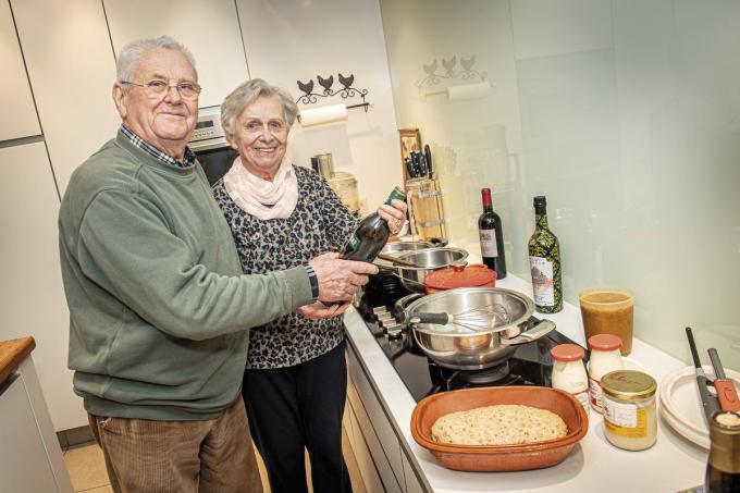 Etienne Lanssens en Marie-Louise Vanneste aan de kookpotten.©JOKE COUVREUR JOKE COUVREUR
