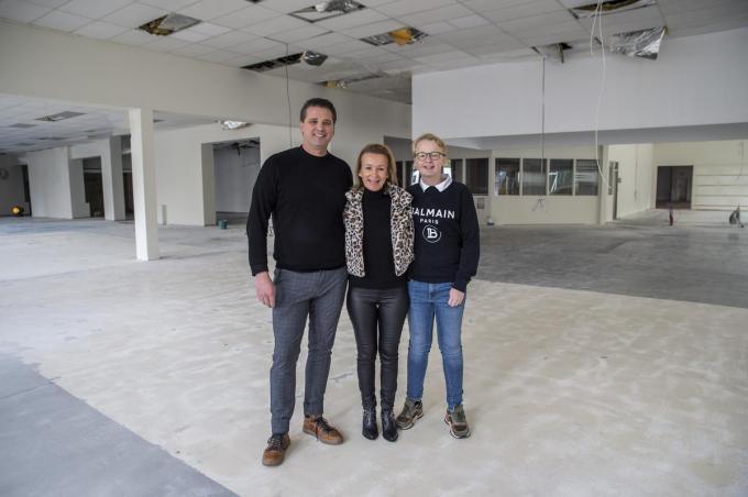 Drankencentrale Bevernagie start een nieuwe zaak in Roeselare. We zien v.l.n.r.: Dominique Bevernagie, Sylvie Derycke en zoon Ralph. (foto SB)©STEFAAN BEEL Stefaan Beel