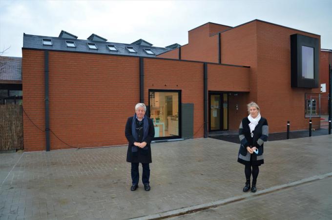 """Burgemeester Alain De Vlieghe en directeur Ingrid Igodt voor de nieuwbouw. """"Andere scholen zijn jaloers.""""©WK WK"""
