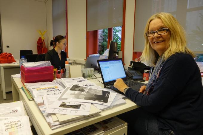 Carine Coigné aan haar bureau, dat ze komende donderdag leeg moet maken. Op de achtergrond haar rechterhand Virginie Lambrecht.© AN