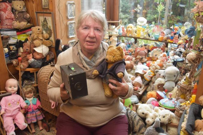 Mie-Jeanne tussen haar immense verzameling poppen, beren en blikken speelgoed.© Stefaan Dehaerne